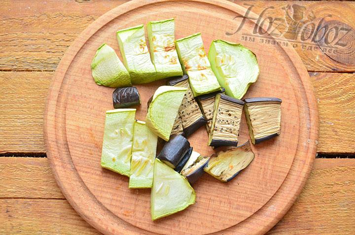 Уже испеченные овощи снимаем с решетки, остужаем, а затем измельчаем. Кабачки и баклажаны лучше нарезать поперечными полосками