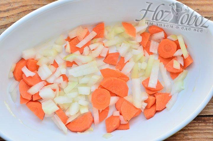 Смазываем сливочным или растительным маслом противень, выстилаем дно противня тертыми овощами