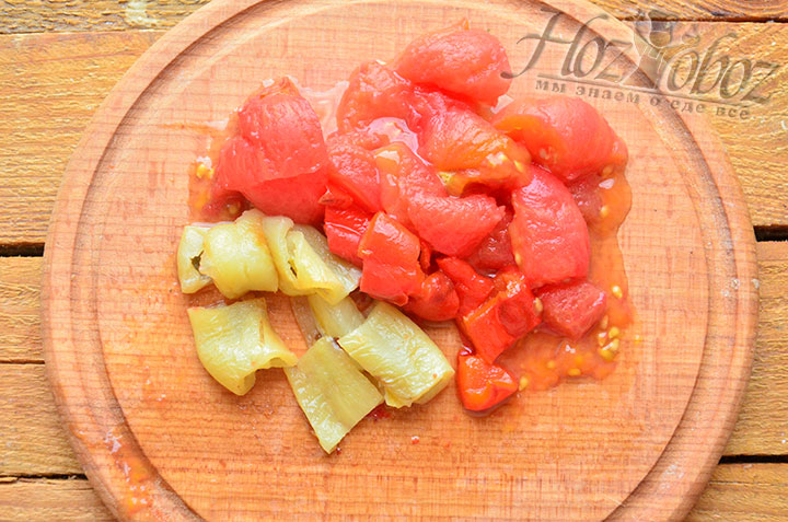 С печеного перца и томата прежде всего снимаем кожицу, а потом нарезаем их помельче