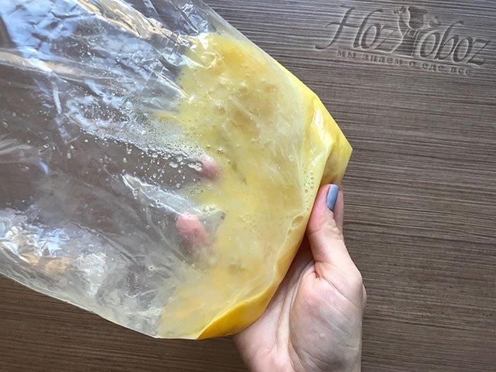 Хорошенько взболтайте яйца в пакете