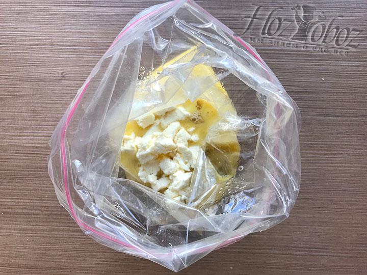 Вводим в будущий омлет мягкий сыр Моцарелла