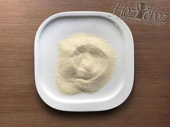 Манку для панировки насыпаем в тарелку