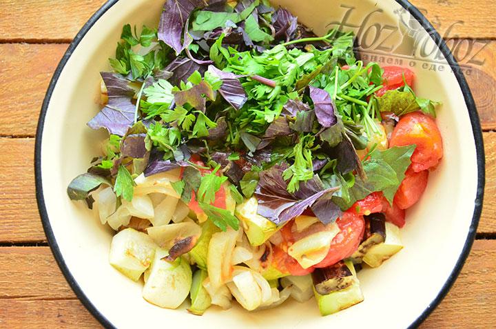 Теперь все нарезанные ингредиенты и зелень смешиваем в миске и заправляем соевым соусом