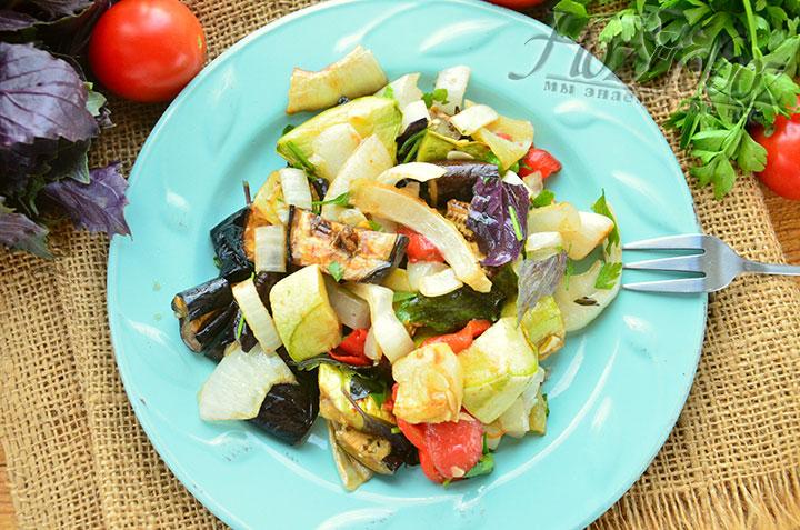 Вот и все! Наш салат готов, но если вам хочется пикантности, можно добавить в него рубленный чеснок или чили, а также различные травы и специи. Для любителей мяса, в качестве дополнительного ингредиента подойдет курица или телятина любого приготовления