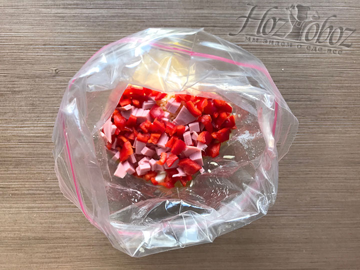 Для красоты и аромата насыпаем кубики болгарского перца