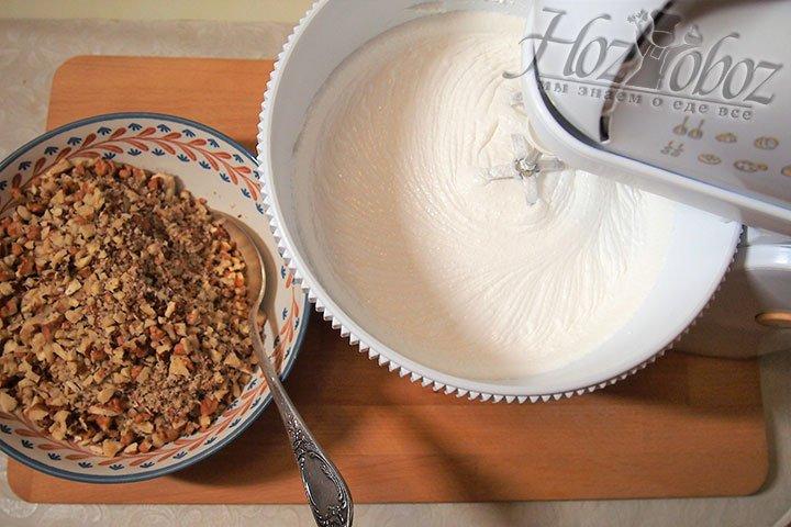 Сахар выкладываем в белки частями