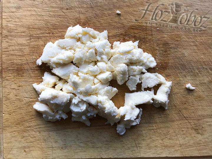 Измельчаем кубиками сыр Моцарелла