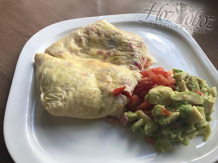 Отличным гарниром к такому омлету станет салат из авокадо с помидором или просто нарезанная свежая зелень. Приятного всем аппетита!