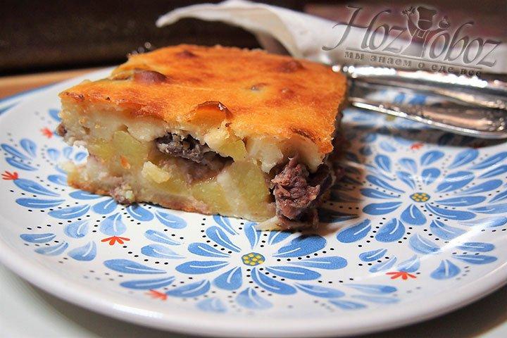 Нарезаем пирог на порционные кусочки, подаем к чаю
