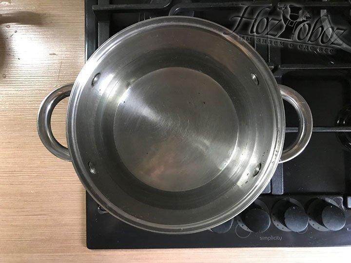 В кастрюле нагреем воду для использования в качестве водяной бани