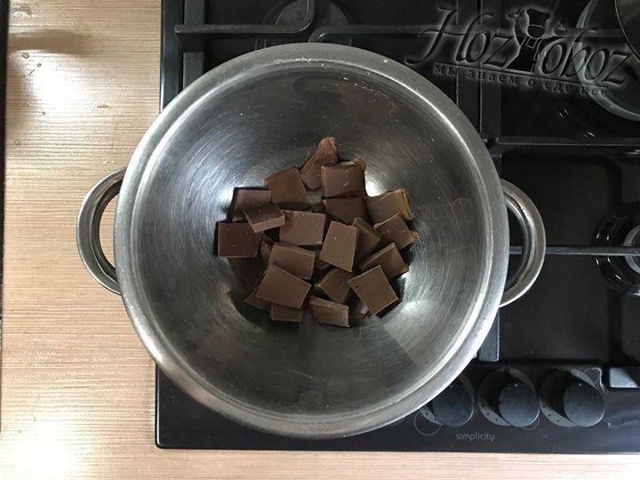 Шоколадки помещаем в разные миски и топим на водяной бане