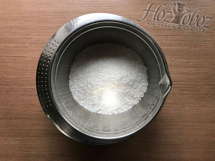 Для начинки всыпаем в миску кокосовую стружку
