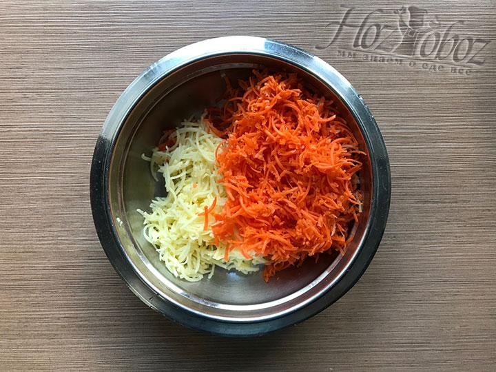 Морковку и картошку натираем на тонкой терке или пропускаем через мясорубку