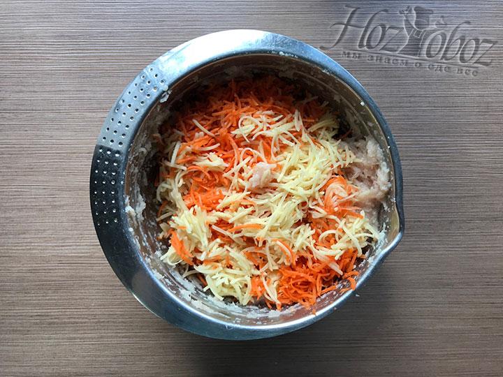 Высыпаем натертые овощи с чесноком к куриному фаршу