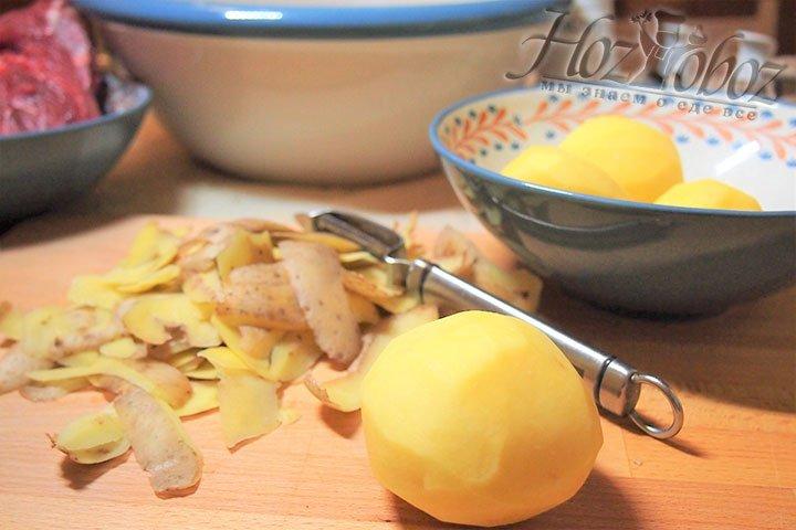 Для начинки очистим картофель