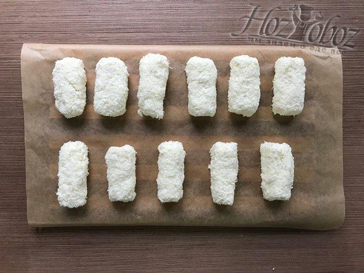 По кусочку берем начинку и формируем конфетки прямоугольной формы. Готовые конфеты на доске отправляем в морозилку на пол часа