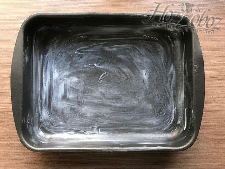 Готовим форму для выпечки и намазываем ее сливочным маслом