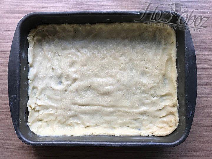 Руками разглаживаем тесто и формируем бортик для будущего печенья