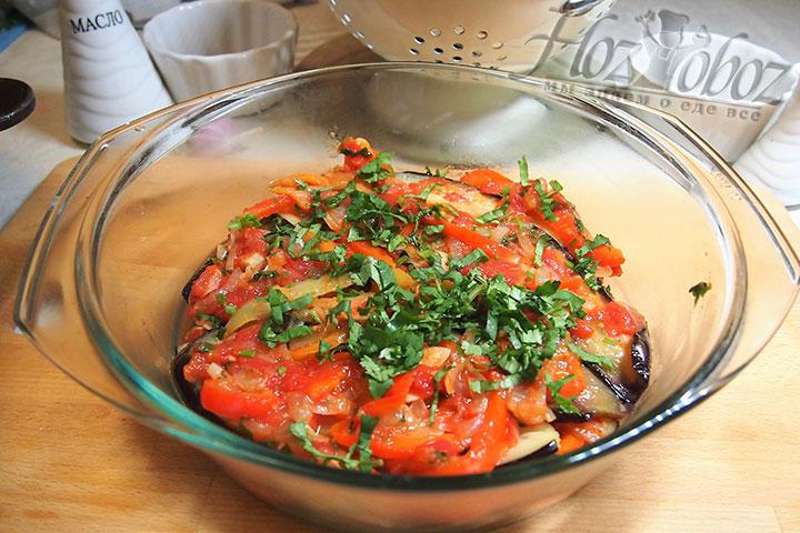 Формируем слои баклажанов и поджаренных овощей