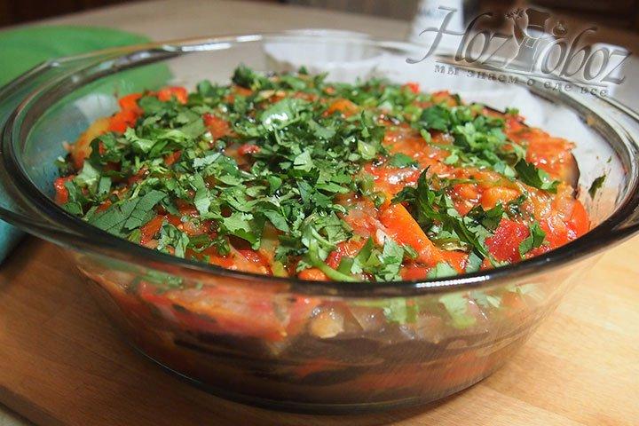 Готовое блюдо украсим измельченной кинзой, спустя 30 минут можно подавать его на стол. Приятного аппетита!