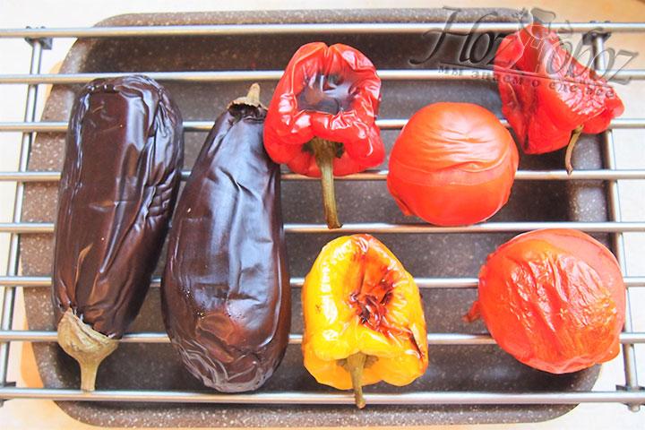 Овощи периодически переворачиваем для равномерного пропекания