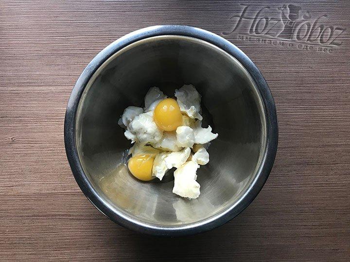 В масло разбиваем яйца