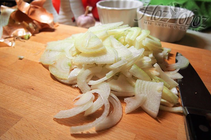 Для заливки приготовим овощи - лук очистим от шкурки и нарежем полукольцами