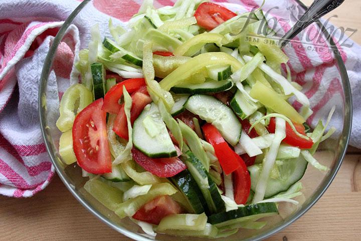 Соединяем нарезку овощей в миске