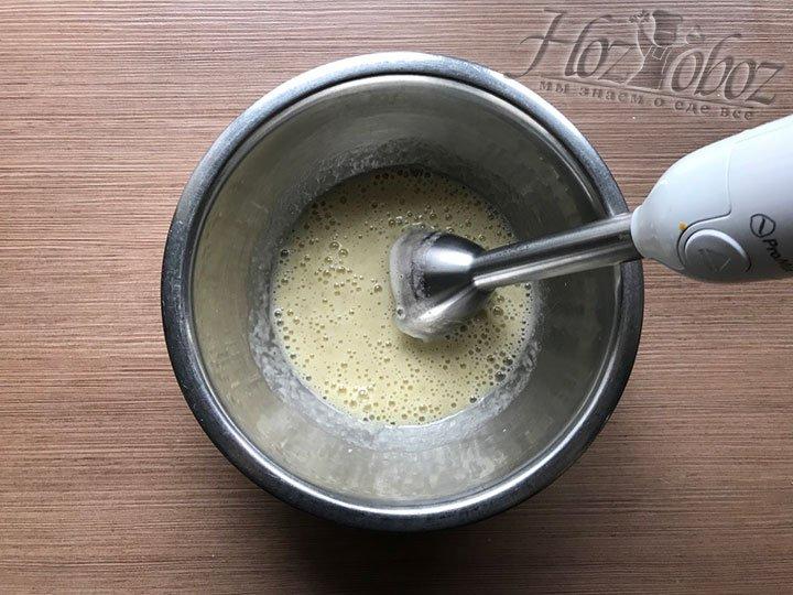 Используя блендер взбиваем тесто