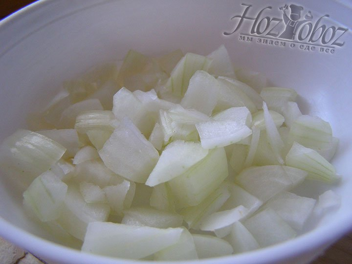 Подготовим продукты и нарежем лук