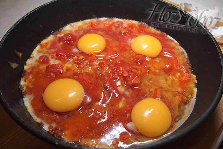 В готовую томатную зажарку добавляем яйца, не смешиваем