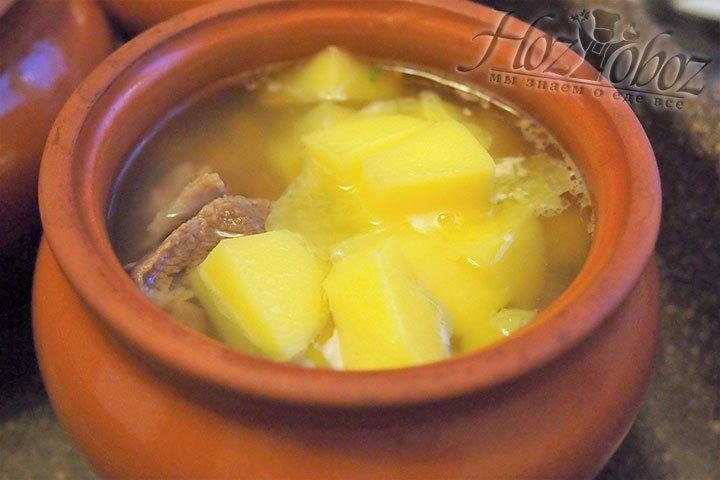 В горшочки закладываем нарезанный картофель