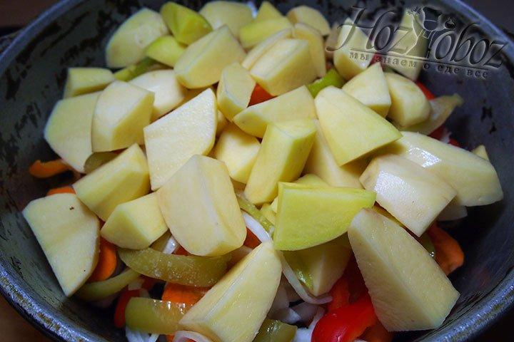 После баклажанов следует слой перца болгарского и сверху картофель
