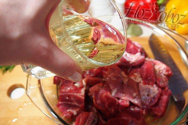 В мясо добавим вино для маринада