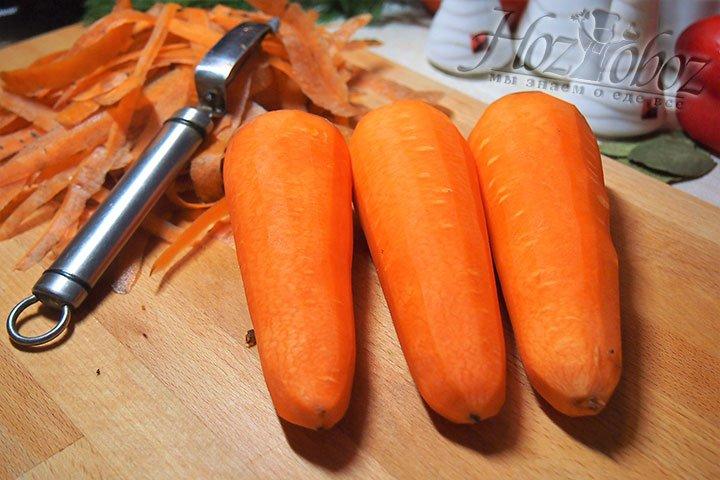 Морковь промоем под проточной водой, очистим от шкурки