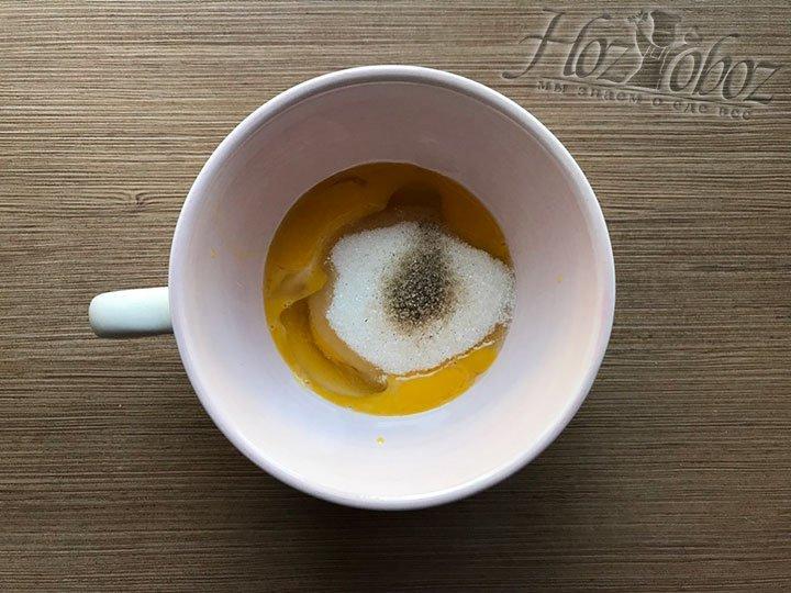Досыпаем в яйца ваниль или ванильный сахар