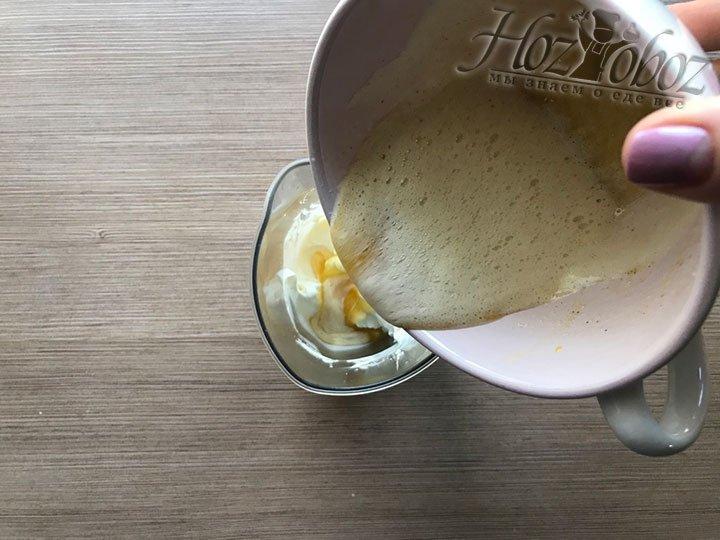 Смешиваем яичную пену и взбитые сливки