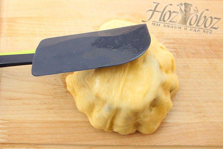 Переворачиваем сырную заготовку на форму