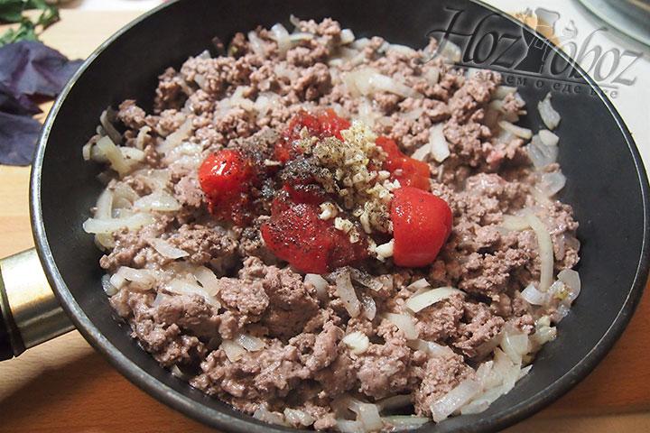 Подготовленные продукты добавим на сковороду, также добавим соль и перец
