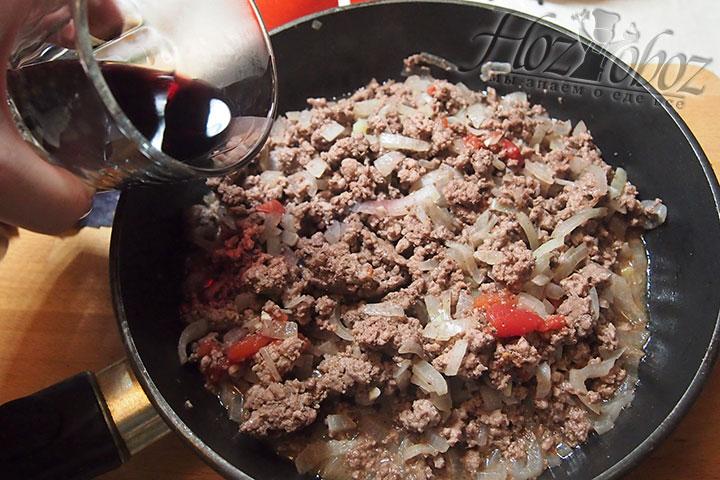 На сковороду добавим вино, оставим тушиться на тихом газе