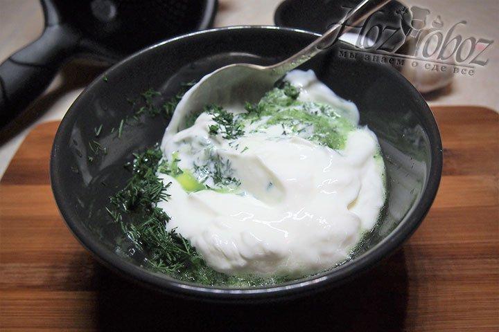 В чашу с овощной смесью добавим йогурт