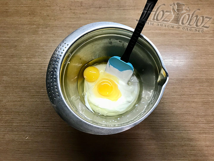 К сметане разбиваем яйца