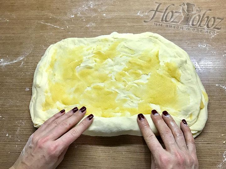 Чередуем коржи из теста и масляный крем пока не закончатся заготовки. Все слои сворачиваем в рулет