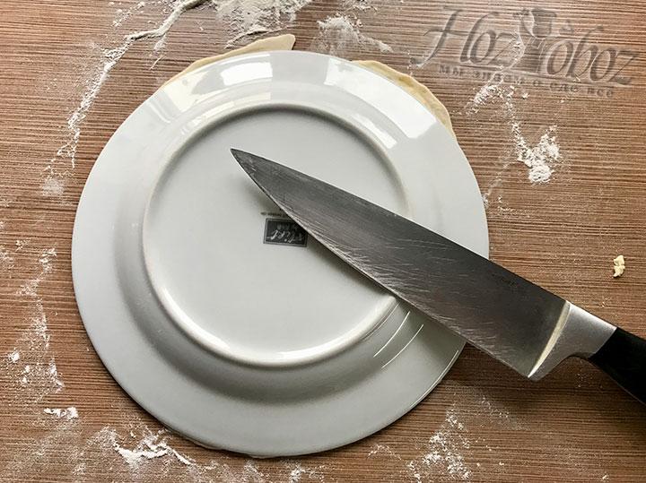 Чтобы корж получился ровным, обрезаем его по диаметру тарелки