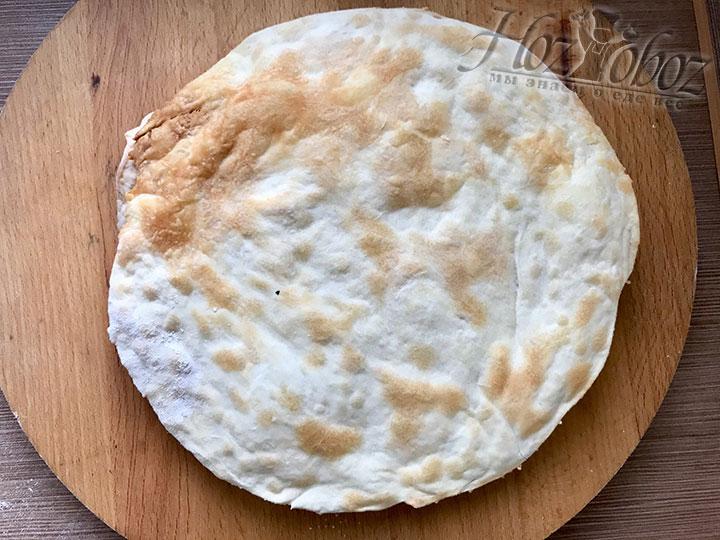 Теперь корж выкладываем на сухой противень и печем в духовке разогретой до 180 - 200 градусов в течении 3-5 минут