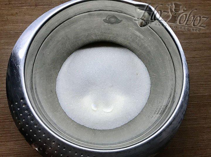 В отдельную миску высыпаем сахар