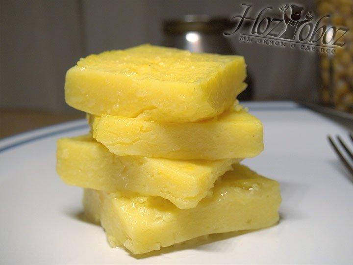Готовые кусочки поленты подаем на стол нарезанной, либо составим из нее вкусные блюда