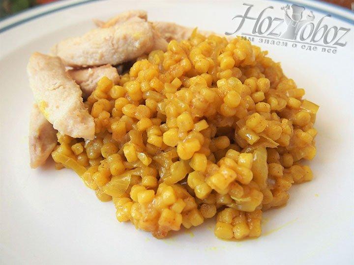 На раздаточную тарелку выложи птитим и обжаренную грудку, блюдо готово