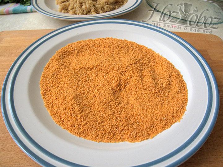 Также на тарелку выложим сухари для панировки