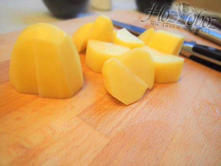Для начинки подготовим картофель - очистим и мелко нарежем